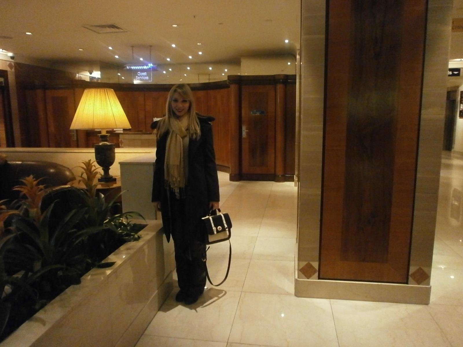 saguão do hotel era incrível: muito luxuoso com lojas e casa de  #B79514 1600 1200