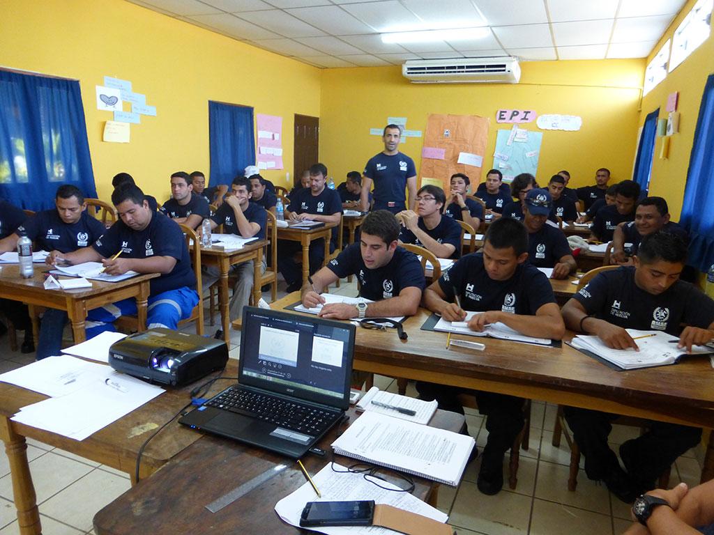 impartiendo clases a efectivos en nicaragua