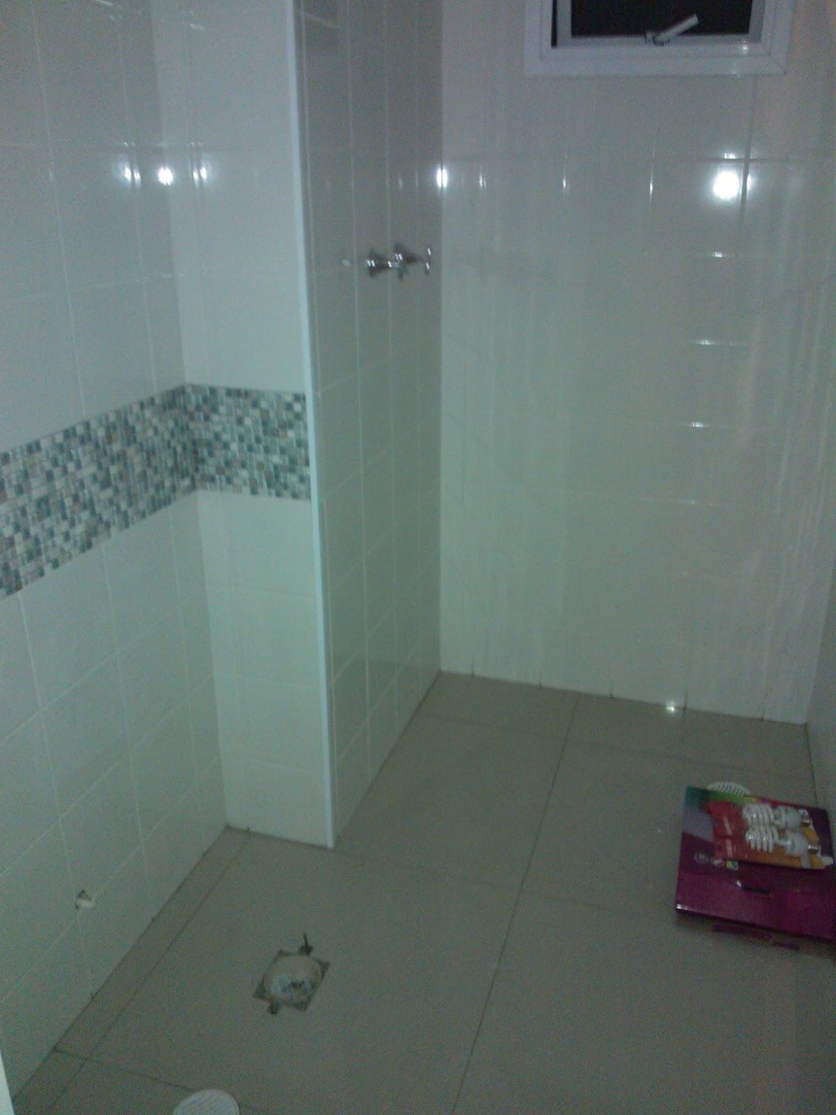 Banheiro antes e depois Decoração de apê pequeno #516C7A 1200x1600 Banheiro Cinza Com Pastilhas