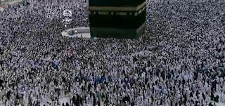 foto jamaah haji melakukan thawaf di Kabah, Makkah
