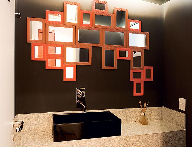 decoracao lavabo branco:conjunto de espelhos de vidrosmodulados colados na parede dá