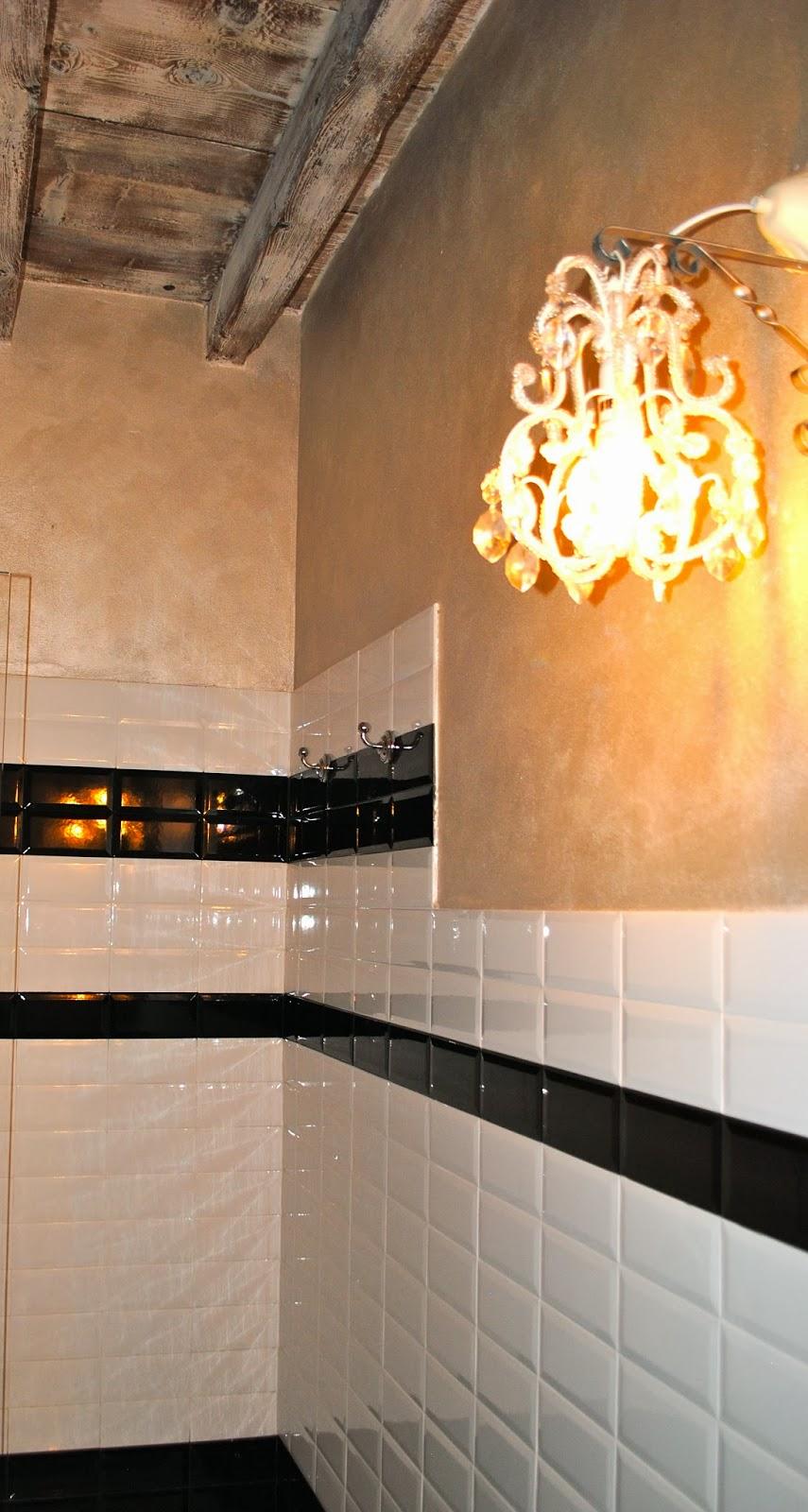 lampadari con goccie in vetro inseriti in questo bagno retro in stile ...