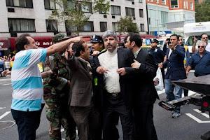 وال استریت ژورنال عکس واضحی از رامین مهمانپرست در نیویورک منتشر کرده که در حال کتک خوردن