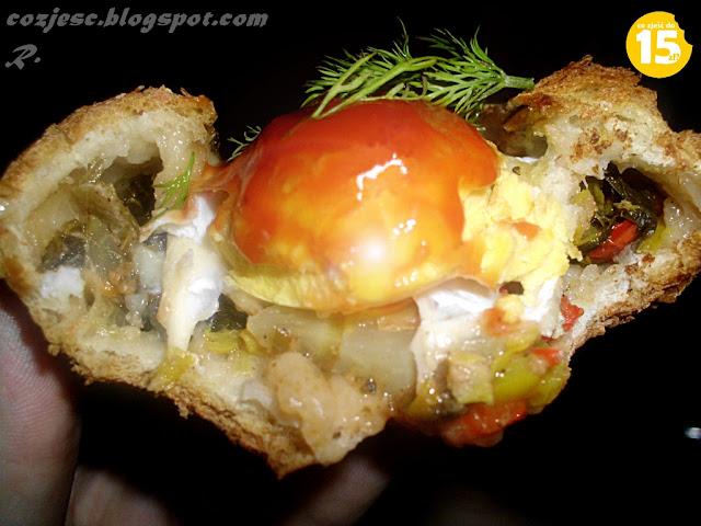 Jajko w bułce z warzywami, wegetariańska bułka, bułka z warzywami, dietetyczna bułka, bułka z piekarnika
