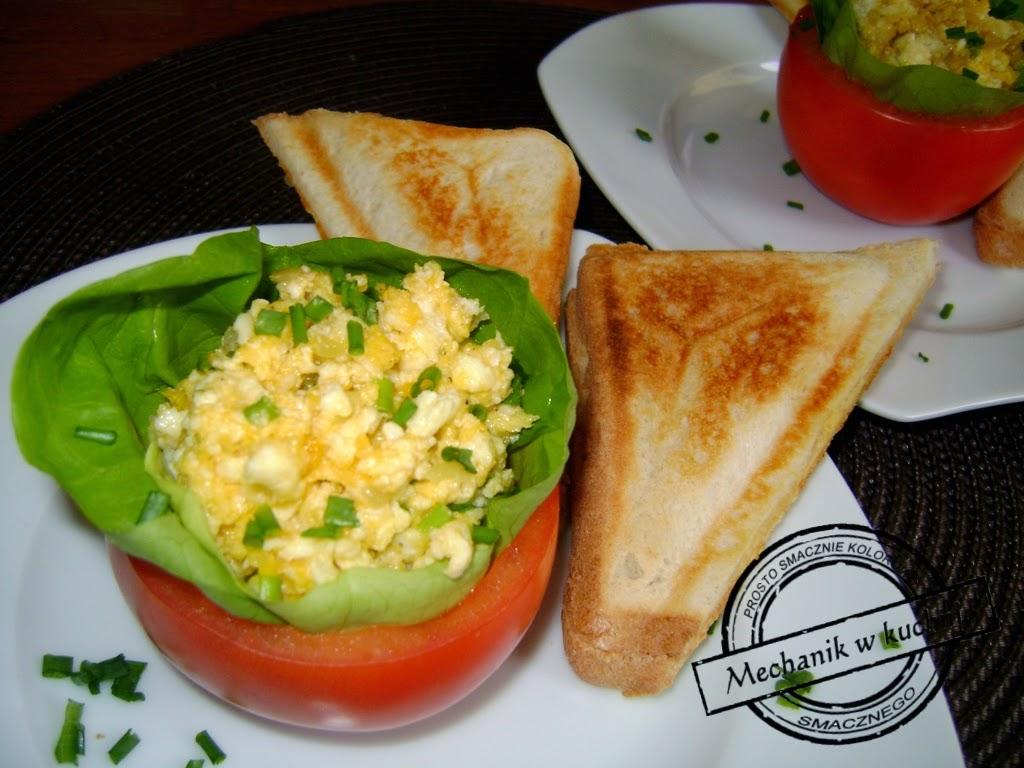 Jajecznica w pomidorach czy pomidory z jajmi mechanik w kuchni śniadanie  do łóżka walentynki