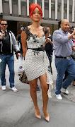 Rihanna lució sexy para el lanzamiento de su fragancia 'Reb'l Fleur' en un .