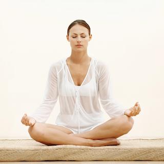 Wanita sedang melakukan Meditasi