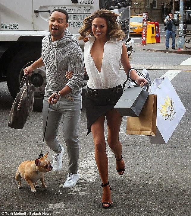 كريسي تايجن في صور حميمة مع زوجها المغنىي الأمريكي جون ليجند