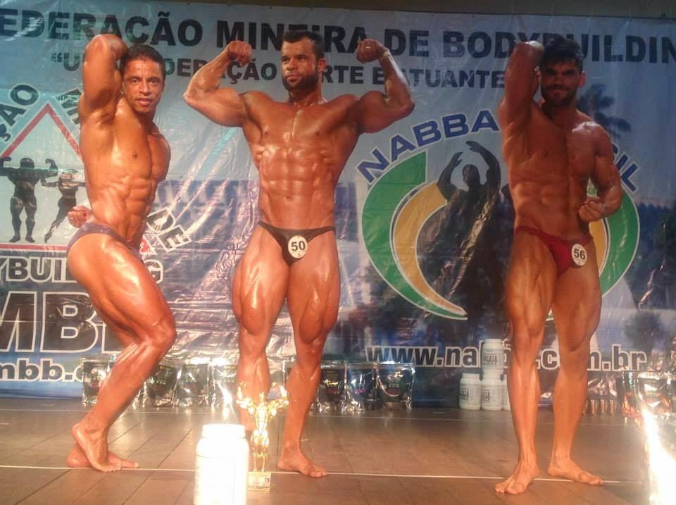 Amilton Junior (à direita) no pódio do Campeonato Mineirão de Bodybuilding 2015. Foto: FMBB