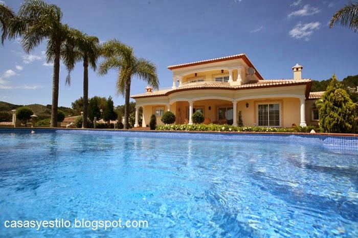 Casas grandes con piscina casas y estilo for Casas de madera con piscina
