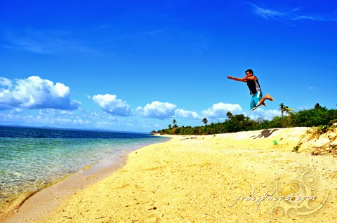 hover_share Yodi flying jump shot at the amazing Maniwaya beach