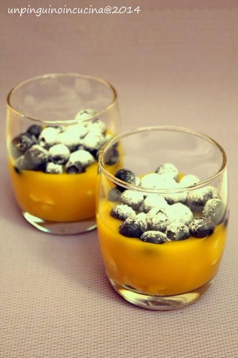 bicchierini di finta crema pasticcera con meringhe e mirtilli