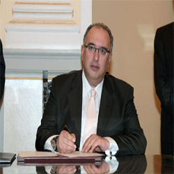 Eν ενεργεία υφυπουργός απει- λεί δημοσίως τον Σαμαρά ότι δεν θα ψηφίσει νομοσχέδιο...