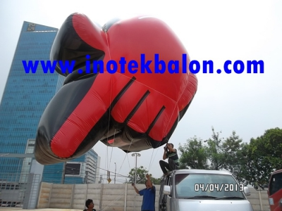 Balon udara karakter tangan raksasa