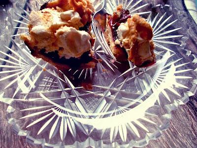 ciasto ze śliwkami i bezą - przepis - Smaki Prowincji