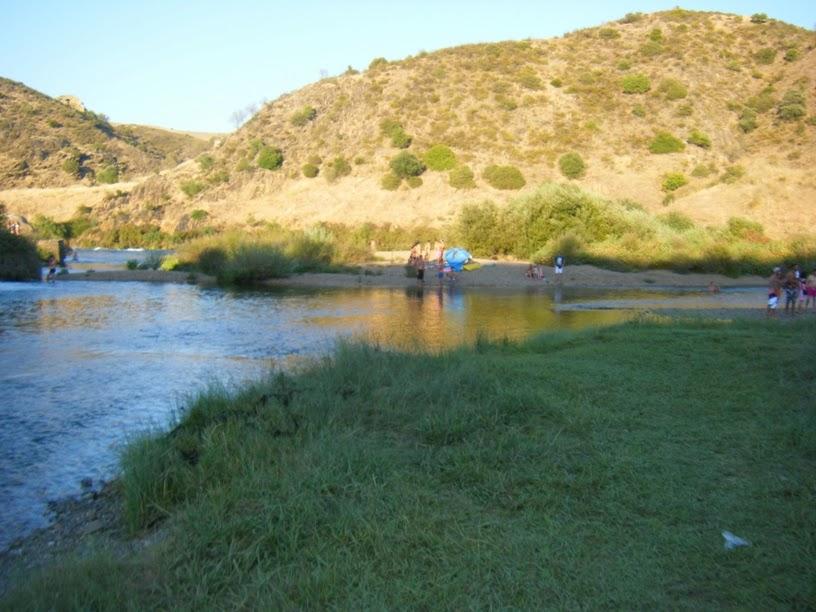 Pessoas a desfrutar da praia fluvial