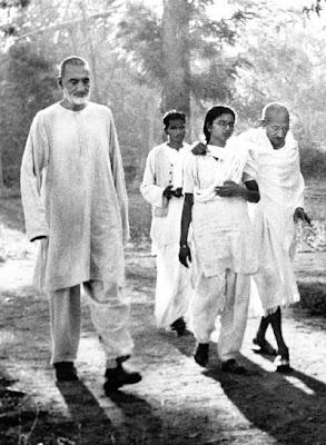 http://4.bp.blogspot.com/-LkAwYASkDjs/TyTUZxE-wdI/AAAAAAAAC1c/by4dWcb1vhQ/s1600/Gandhiji+on+a+walk+with+Khan+Abdul+Ghaffar+Khan.jpg