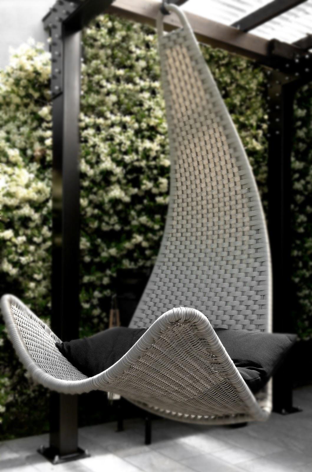 details of us dondolando una poltrona sospesa per il portico. Black Bedroom Furniture Sets. Home Design Ideas