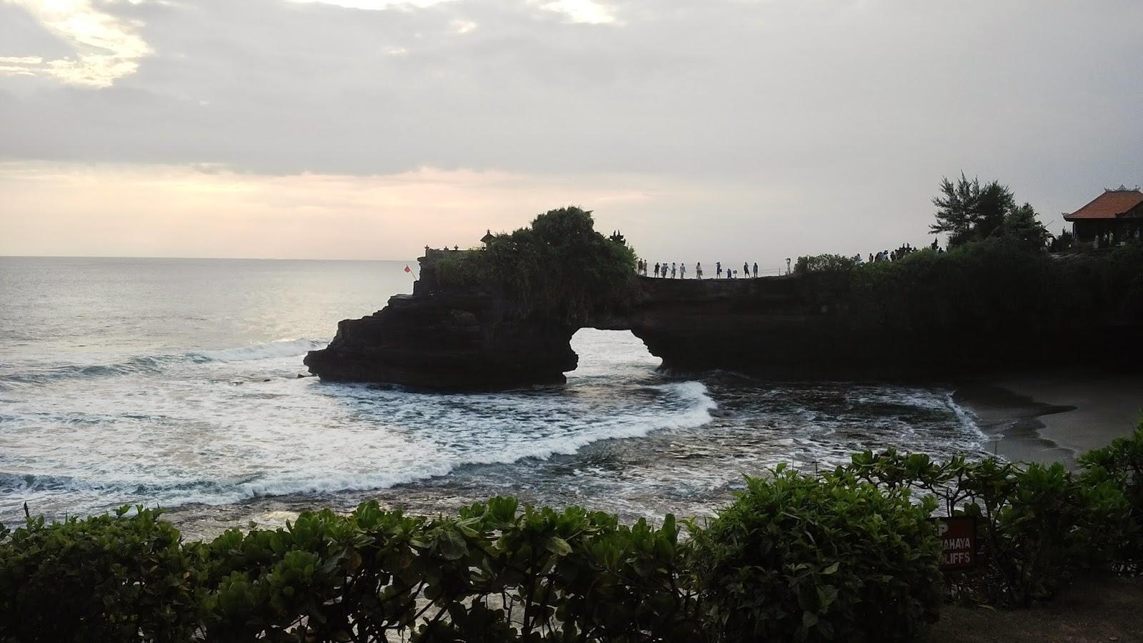pura batu bolong di Tanah Lot, Tempat Wisata di Bali