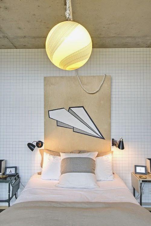 Dormitorio con papel cuadriculado