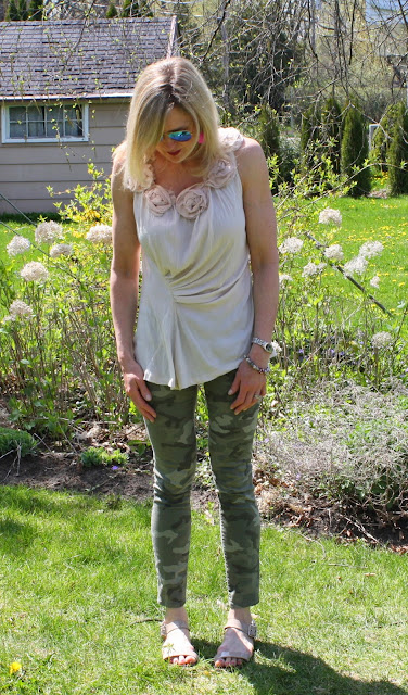 camo jeans for spring, neutral camo outfit