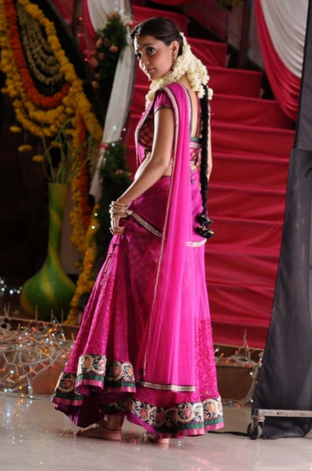 Nisha Agarwal kundi, Nisha Agarwal sexy back
