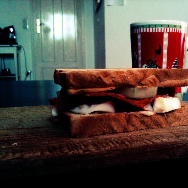 Fräulein Bergers Frühstück mit Toast und Kaffee