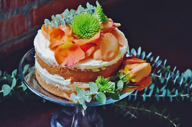 boho cake with fresh flowers