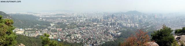Panorámica de Seúl desde la montaña Inwangsan