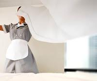 camarera de pisos haciendo la cama en un hotel