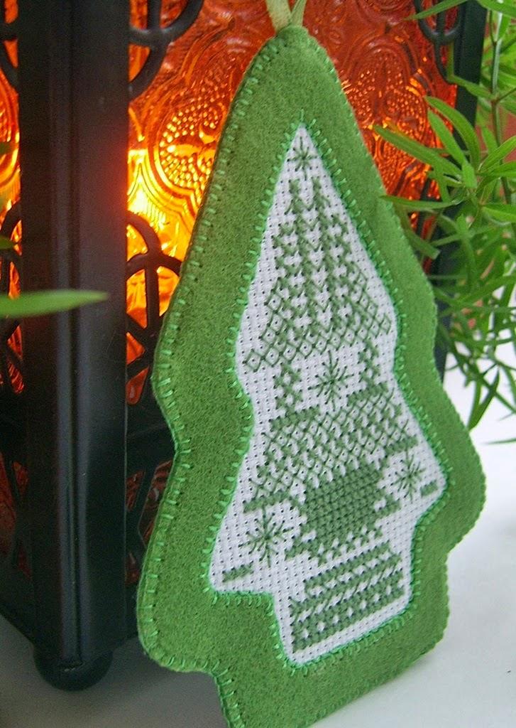 Новогодняя елочка-подвеска из фетра с ручной вышивкой