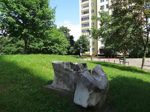 Rzeźby na osiedlu Ostrobramska. Łuk i Strzała?
