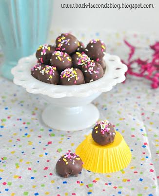 Skinny Caramel Truffles @Backforseconds https://backforseconds.com #skinny #caramel #truffles #nobake #easy #sprinkles
