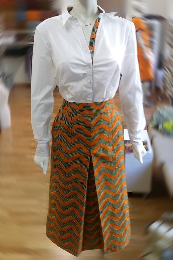 Weisse Bluse mit schlichtem Jupe