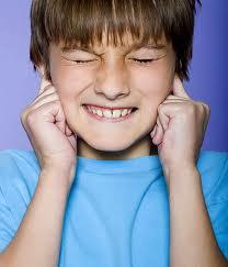 Garoto tapando os ouvidos (11 anos aproximadamente)