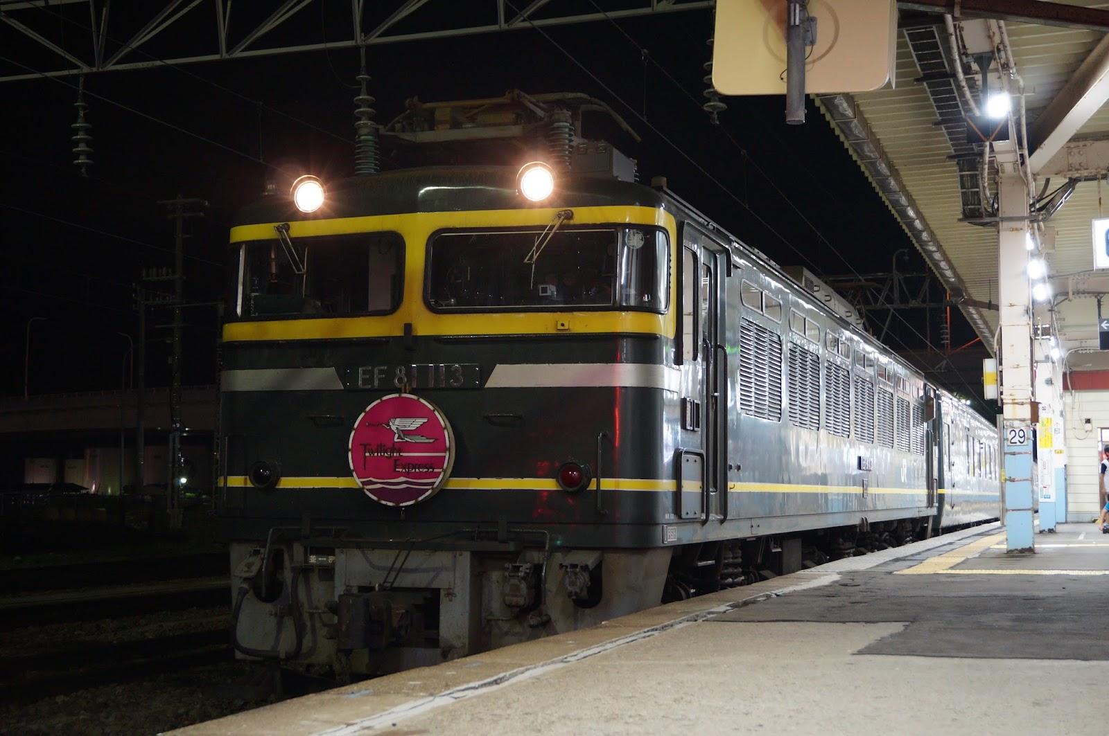 奥羽線青森駅で停車中のトワイライトエクスプレス