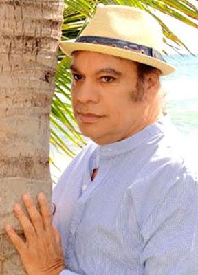 Juan Gabriel posando en un árbol
