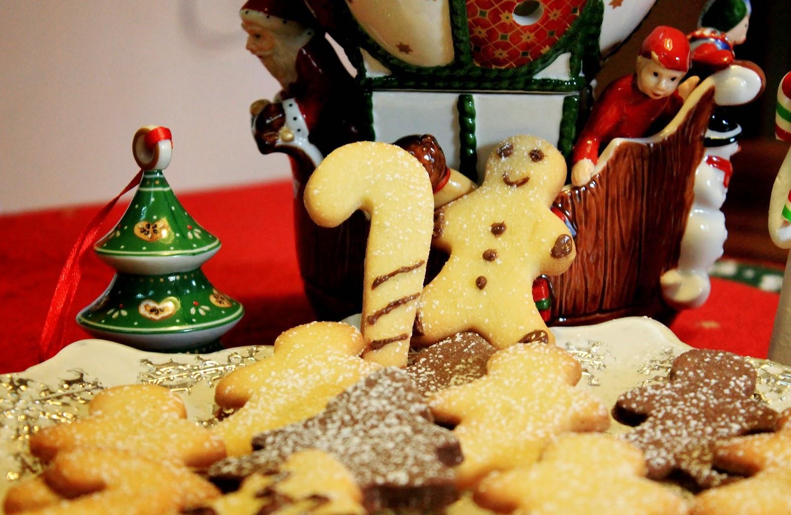 Biscotti natalizi con vaniglia e zenzero e cacao e cannella