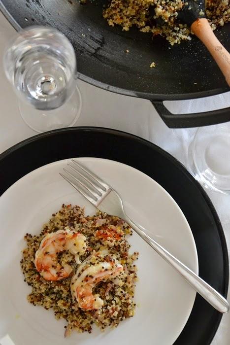 mix di quinoa saltata con code di gambero, arancia e cipolla