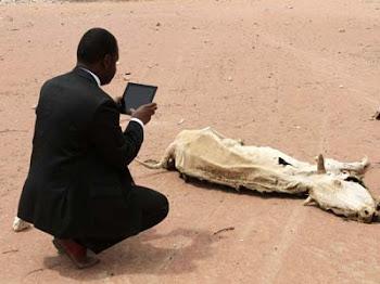 El trabajador de una organización de ayuda humanitaria fotografía con su iPad