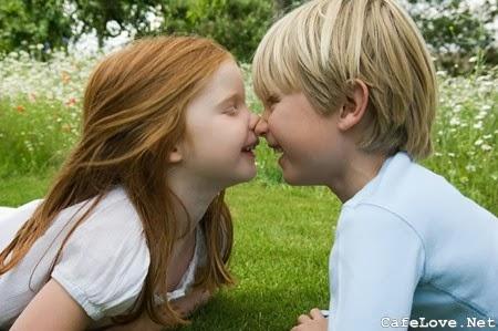Hình ảnh 2 con nít hôn nhau