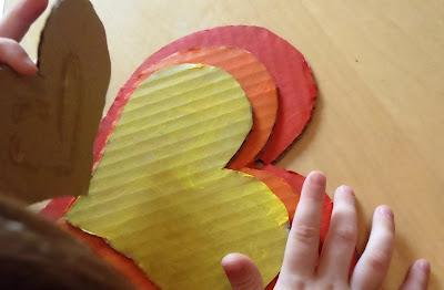Szivárvány szivecske ablakdísz kartonból