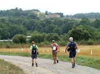 Caminant per terres de Castellcir amb el mas de La Vall al fons