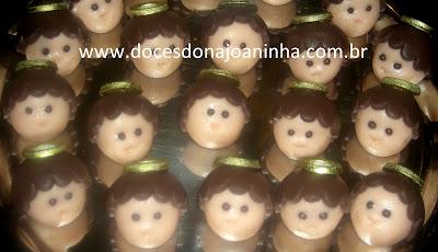 Doces modelados para batizado no formato de carinhas carinhas de anjinhos