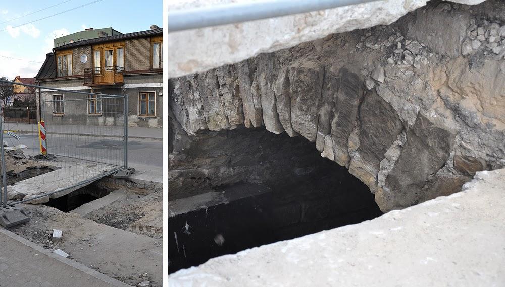 Końskie ul. Spółdzielcza. Podczas remontu nawierzchni odkryto fragment starego kanału burzowo-ściekowego (wysokość dochodziła do 1,8 m). Kanał przechodził między dzisiejszymi ulicami: Warszawską i Łazienną i dalej oplatał miasto.  Kikadziesiąt metrów za widocznym budynkiem (w stronę północną) była skarpa z obudowanym wlotem kanału. Tędy też przemycano żywność i dokonano wiele ucieczek z getta. Foto KW.