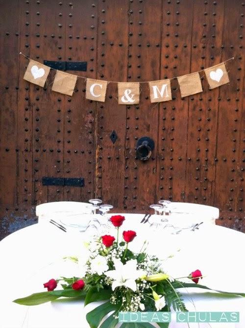 Guirnalda de banderines love en una puerta de madera