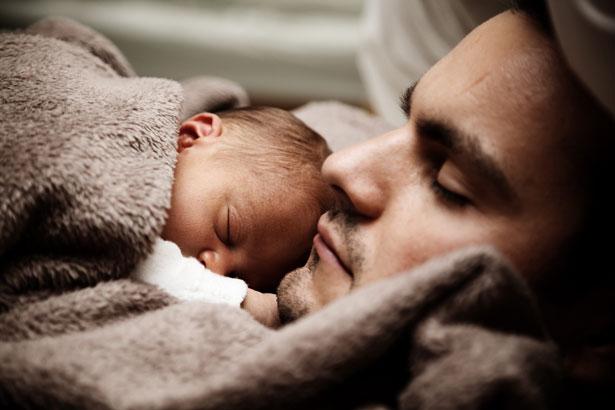 Photo bébé fait la sieste avec son père
