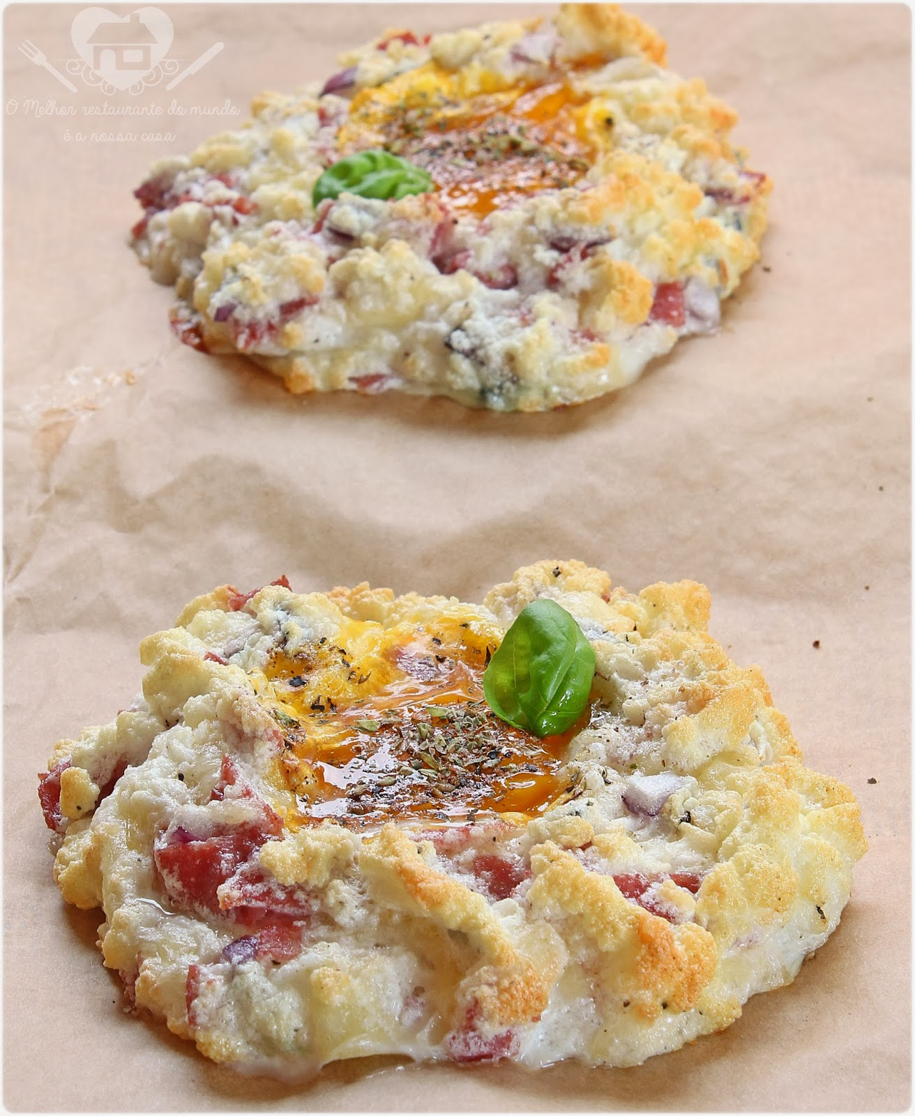 ovos em nuvens com queijo e salame para café da manha