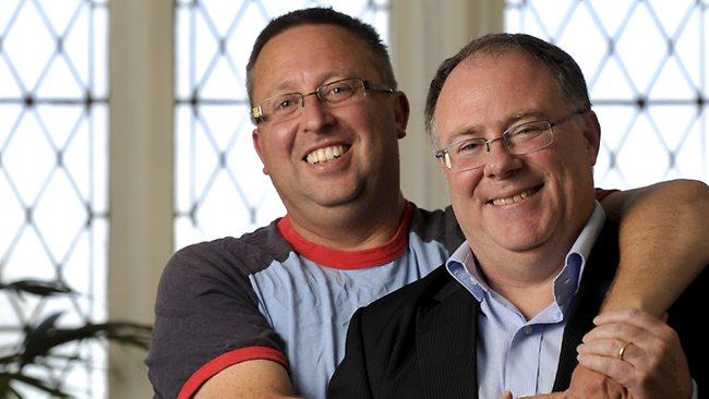O ministro Ian Hunter (direita) e seu companheiro, o artista Leith Semmens. O casal está junto há mais de 20 anos (Foto: Naomi Jellicoe Source)