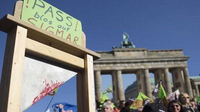 Demonstration in Berlin . Sigmar Gabriel auf die Guillotine